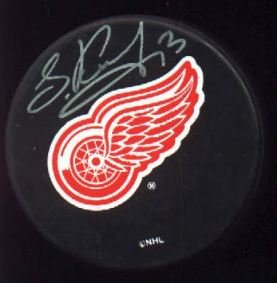 Slava Kozlov autographed Detroit Red Wings puck