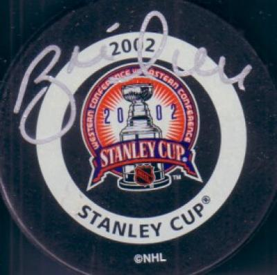Brett Hull autographed Detroit Red Wings 2002 Stanley Cup puck (Steiner)