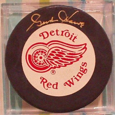 Gordie Howe autographed Detroit Red Wings puck (UDA)