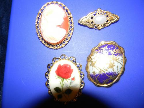 Set of four Brooches